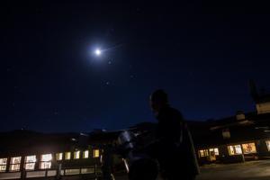 La imagen capta el destello de una estrella fugaz.