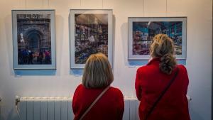 La exposición hace un recorrido fotográfico por comercios tradicionales.
