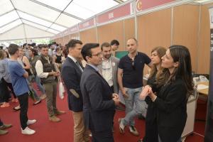 El alcalde visita la Feria de Empleo de la Cámara de Comercio.