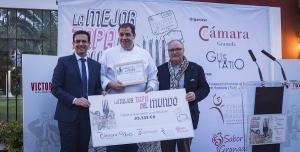 El alcalde y el vicepresidente de la Cámara con el ganador del concurso.