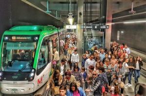 Numerosos usuarios en una estación subterránea.