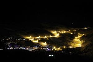 Espectacular imagen nocturna de la estación con la pista de El Río iluminada.