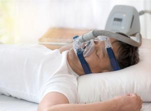 Una persona con mascarilla para tratar la apnea.