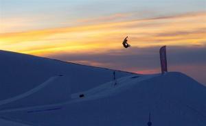 La belleza del salto y el paisaje en el snowpark.