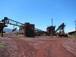 Viejas instalaciones mineras de Alquife.