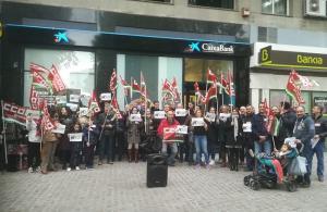 Protesta ante la oficina de Caixabank.