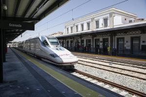 Un tren AVE en la estación granadina.