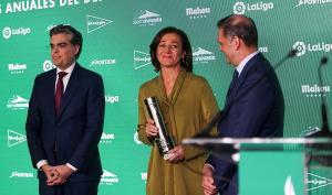 Lola Fernández Ochoa recoge el premio, emocionada.
