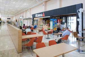 Zona de cafetería del aeropuerto granadino.