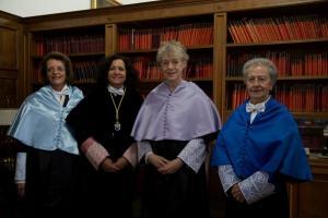La rectora con las doctoras Honoris Causa.