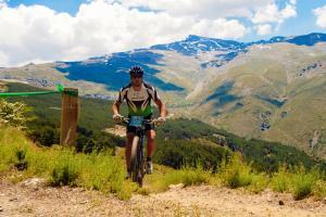 Un 'biker' en el circuito de Fuente Alta, con el Veleta al fondo.