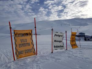 Carteles advierten del riesgo de avalanchas fuera de las pistas abiertas.