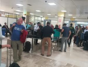Viajeros en los filtros de pasajeros del aeropuerto granadino.