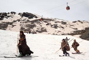 Esquiadores durante la Bajada Retro, con trajes antiguos.