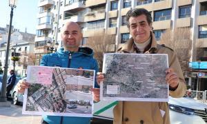 Nino López y Antonio Cambril muestran el mapa de cargadores eléctricos.