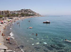 Una playa de Almuñécar, este verano.