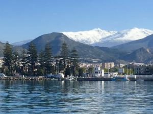 Imagen del Puerto con Sierra Nevada al fondo.