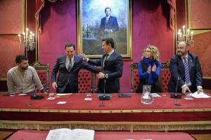 Javier de Teresa saluda al alcalde tras su toma de posesión.