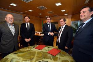 El presidente de la Diputación y el de Bankia se saludan tras la firma del convenio.