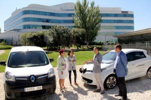La diputada María Ángeles Blanco, junto a los coches eléctricos.