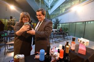 José Entrena y Ana Muñoz, con productos de 'Sabor Granada'.