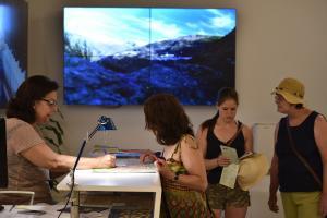 Visitantes en las oficinas del Patronato de Turismo.