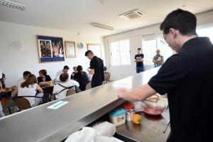 Jóvenes infractores que han hecho un curso de camarero practican atendiendo a responsables de la Junta.