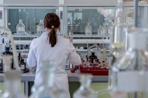 Una investigadora en el laboratorio.
