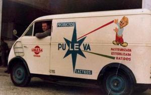 Una de las primeras furgonetas utilizadas para el reparto, en los primeros años 60.