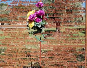 El Memorial junto a las tapias del cementerio es una obra impactante.