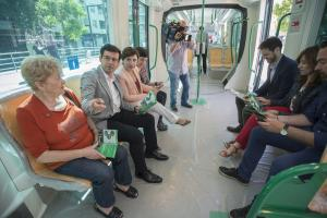 La delegada del Gobierno andaluz, el alcalde y otros delegados territoriales en los vagones del Metro en La Caleta.