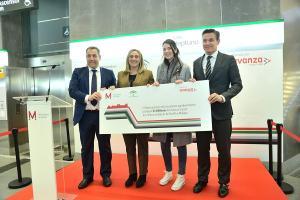 La consejera de Fomento y el alcalde, en la entrega de la tarjeta a la viajera 25 millones.