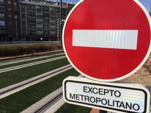 Señal de prohibición en la vía del Metro.