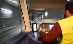 Uno de los vehículos en pruebas, al paso de un túnel.