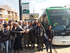 Representantes de la Junta y los municipios del Metro en Armilla, tras completar el viaje por todo el trazado.