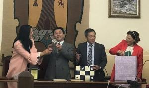 Autoridades de Montefrío y Yasuda intercambian regalos tras firmar su hermanamiento.