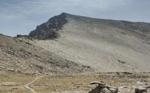 Vista del Mulhacén desde el refugio de la Caldera.