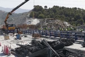 Operarios en la construcción de un tramo de la A-7 en la costa de Granada