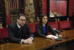 Raquel Ruz y Trinitario Betoret informan de los datos turísticos del puente.
