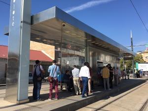 Usuarios aguardan este jueves, en Albolote, la llegada del Metro.