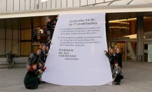 Pancarta con el artículo 44 de la Constitución en la puerta del museo científico.