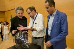 Ernesto Páramo conversa con Miguel Ríos y José Antonio Lorente.