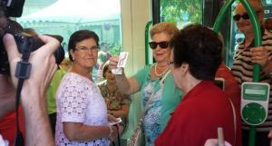 Algunas de las primeras viajeras del Metro de Granada muestran orgullosas sus billetes.