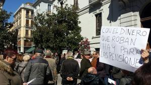 Detalle de la concentración por unas pensiones dignas celebrada en Granada.