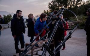 Un niño prueba uno de los telescopios preparados para el ciclo de observación.
