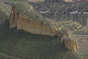 Roca sobre la que se asentó el castillo de Al-Liqun, vista desde el Suroeste. Se aprecia el acceso en la parte inferior derecha.