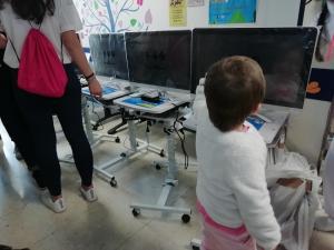 Uno de los niños hospitalizados, frente a uno de los nuevos ordenadores.