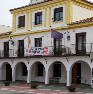 Pancarta en la fachada del Ayuntamiento de Caniles.