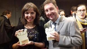 Olivia Pérez, con el premio, junto a otro de los galardonados.
