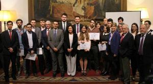 La rectora y el alcalde, con los emprendedores premiados.